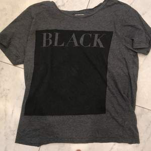 Weekday t-shirt där det står Black på. Ovanför Black så har den två små hål som inte syns när du har på dig den😊Frakt 50kr😊