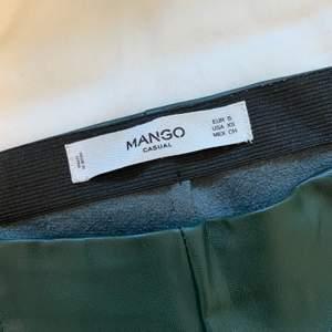 Hej, jag säljer ett par skinnbyxor från mango som är mörkgröna. Storlek small. Säljer de för 100 ink spårbar frakt.