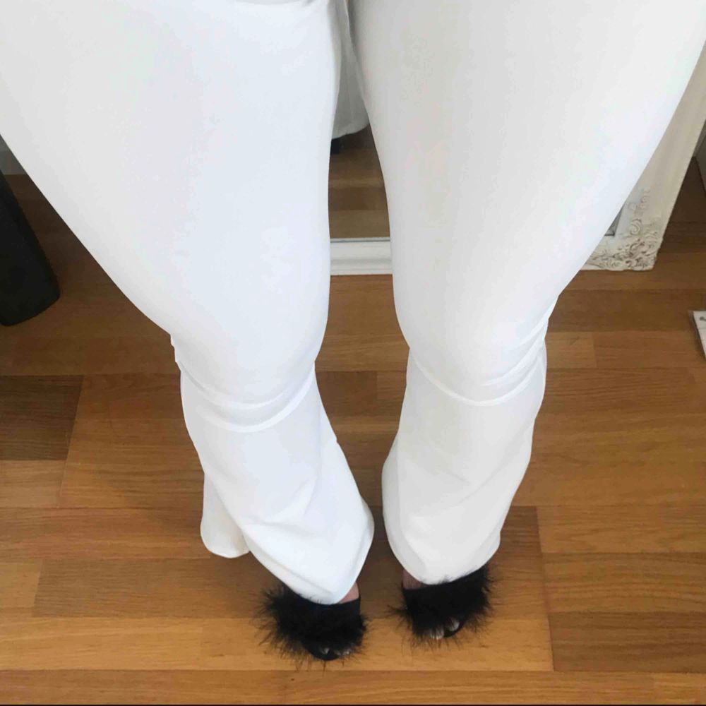 Vita oanvända bootcut byxor strl 32. Jeans & Byxor.