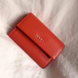Ny plånbok från DKNY nypris 700:-  Orange/röd färg 🧡