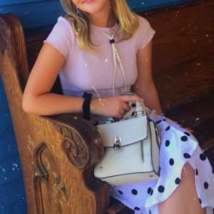 Väska i offwhite med guldiga och mörkblå detaljer från Zara
