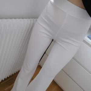 Helt nya och oanvända vita utsvängda byxor. Hög midja. Prislapp kvar