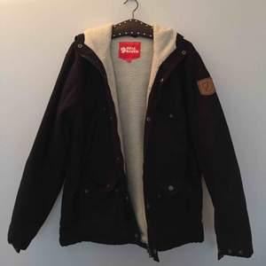Säljer min knappt använda Fjällrävenjacka, modell Greenland Winter Jacket. Den är i jättebra skick! 💕 Pris går att diskutera.   Nypris: 2999    Kan mötas upp i Stockholm eller frakta, köparen står för frakten