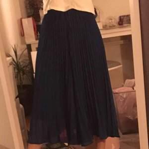 Hej, säljer nu mina plisserade byxor/kjol. Då det ej kommer till användning. Det är igentligen ett par byxor men kan användas som kjol. Hör av er vid fler frågor!
