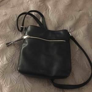 Jättefin svart väska i märket DON DONNA.