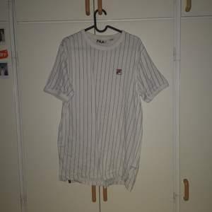 Randig t-shirt från fila. Inget fel på den men har hellre pengar. Priset kan alltid diskuteras
