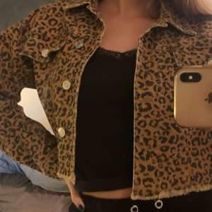 Jätte fin leopard jeansjacka, köpt i somras aldrig använd, säljs pga att den inte kommer till användning