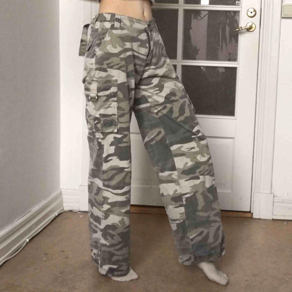 Supercoola kamouflagebyxor med vida ben. 24 i midja, längd 30. Köpta second hand, själv endast används några gånger, bra skick. :). Jeans & Byxor.