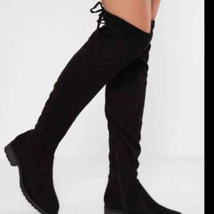 Svarta overkneeskor i storlek 37 med låg klack, köpta för 400 kr. I princip aldrig använda då de är lite för tighta för mina breda fötter, vilket är synd då de verkligen skulle passa snyggt med ett par blåa jeans! 🖤