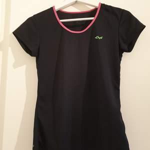 Tränings t-shirt från Röhnisch. Använd fåtal gånger. Frakt tillkommer!