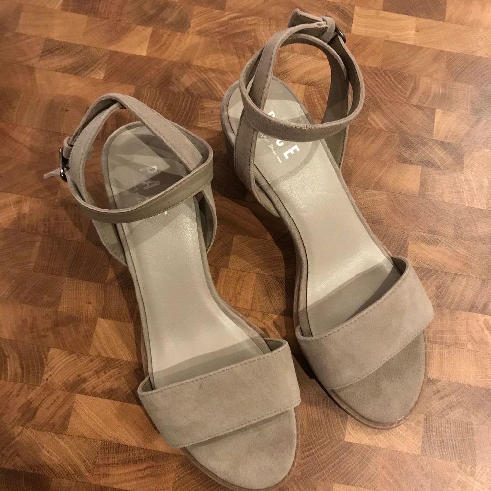 Klackskor som är använda en gång i fint skick! Nästan som nya! Köpare står för frakt💗 (kan även mötas upp). Skor.