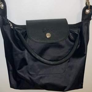 Liten longchamp väska. Jättefin, har bara en defekt som man kan se på tredje bilden. Köparen står för frakt.