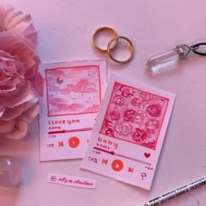 """Customizable 💖✨ Alla hjärtansdag-kort, i form av """"spotifylåtar"""" som du kan välja själv, och ge bort till någon du älskar! 💖✨ perfekta till alla hjärtans dag! 💖✨ helt handgjorda, målar allting på kortet själv. 💖✨ Storlek: ca 5cm x 7,5cm ✨ Pris: 25kr 💖✨ [finns snart även i 7,5cm x 10,5cm (dubbelt) för 40kr] Frakt på 12kr tillkommer, och man kan såklart beställa flera kort för samma frakt 💖✨ {info: man kan välja färg, låtens namn, artistets namn, och tid helt själv. samt ifall man vill att låten ska vara pausad eller på. motivet går såklart också att välja, och om det är mer komplicerat blir priset även lite dyrare eftersom det tar mer tid att göra.} 💖✨ Fler kort finns snart på sidan! Klicka in! 💖✨"""