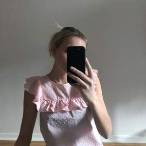 Blus från H&M. Aldrig använd förutom på bilderna. Storlek 32 alltså XXS, men skulle nog passa en 34 alltså XS beroende på hur man vill att den ska sitta. Finns att hämta i Göteborg annars står köparen för frakt! 💕
