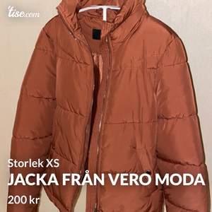 Fin jacka från Vero Moda i storlek XS. I fint skick och sparsamt använd. Jag står för frakten på denna om köparen vill att den ska fraktas 😊
