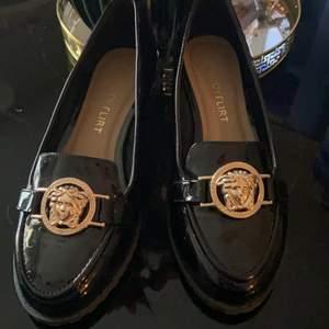 Helt nya skor från bodyflirt. Versace inspirerade i lack. . Standard Frakt 66kr upp till 1 kg.