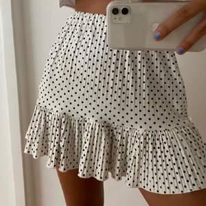 Säljer denna fina prickiga kjol med volang, kjolen är i stretchiga material (obs lånad bild) kjolen är knappt använd och är som ny!   BUDET ÄR PÅ 370kr nu