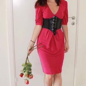 Karen Millen klänning som är mörkrosa/lila