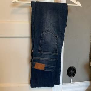 Mörkblå bootcut jeans från lager 157, storlek W27 och uppsydda för att passa mig som är 165 i längden