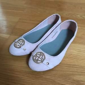 Säljer dess skor eftersom jag bara använt dem 2 gånger kanske och de är lite för stora på mig. Perfekt för sommar/vår. Frakten kan variera (kan bli mer eller mindre) och köparen står för frakten❤️ Hör av er privat vid frågor eller intresse🥰