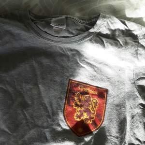 Jättecool grå gryffindor tröja i storlek M. Ganska använt skick, utan några hål och fläckar. Ganska liten i storleken och passar M för en liten tightare look, men passar även S. Gratis frakt ingår!♡