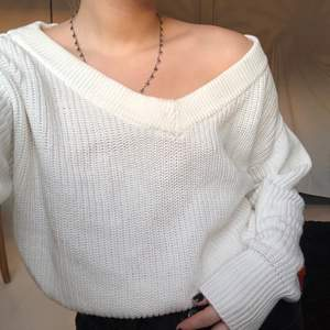 Jättefin vit stickad tröja från Gina Tricot i storlek S . Använd bara ett fåtal gånger, men inte alls sliten 💕 (Frakt tillkommer)