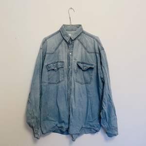 retro oversize jeansskjorta. saknas en knapp på ena bröstfickan och längst ner, därav priset, annars fint skick. sitter som en L! skickas mot fraktkostnad, pris kan diskuteras så hör av er :)