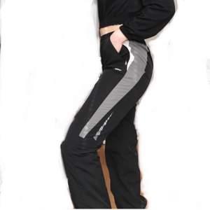 Hur balla somhelst?? Sköna track pants från SOC, kan stylas hur bra somhelst. Riktigt bekväma o najs (äkta från 90-talet)