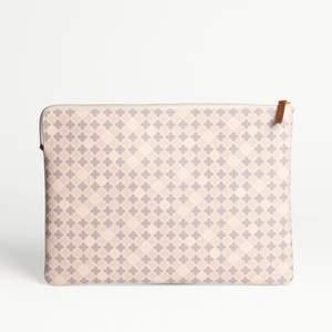 Säljer nu mitt fina malene Birger ivy laptop case i färgen Wood. Helt nyskick, knappt använt! Nypris: 1300kr.