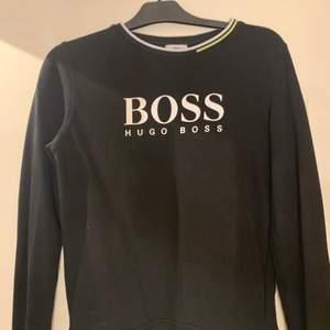 Säljer denna Hugo boss tröja som är köpt på kidsbrandstore. Storleken är S och passar tjejer och killar. Knappt använd, säljer då jag inte tyckte den passa mig så bra. Mitt pris är 550 kr.