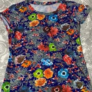 Säljer en t shirt som passar alla storlekar från XXS-M🤍😊köparen står för frakten☺️endast swish!
