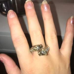 Cool ring som passar till allt! Älskar denna, skulle säga att det är en storlek 18/19