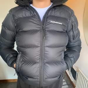 Jag säljer min varma peak jacka då jag köpt en ny jacka och inte har denna till användning längre. Den är i nytt skick och har absolut inga skador eller fel. (Jackan känns som S då den inte är liten i storleken) hör av dig vid frågor och intresse. (Om du bor i linköping kan vi mötas upp)
