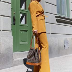 En senapsgul kavaj i strl M från Zara. Går även att ha som klänning med ett par shorts eller cykelbyxor under. Helt ny med prislappen kvar. Säljer då jag råkade beställa dubbelt. Nypris 899 kr. Säljer även en i vit färg!