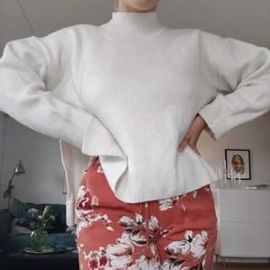 Super fin stickad tröja från Weekday! Snygg slits på båda sidor, hög hals och inte stickig. Lite nopprig, men jag fixar gärna det innan den säljs isf! Skickar gärna, frakt tillkommer;❤️❤️