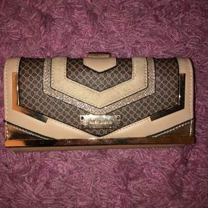 En fin plånboks väska från river island 💕aldrig använd den 💓 köpte den i sommars🌸🐬💰👛