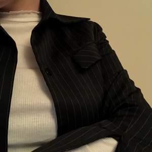 Skjorta/kavaj i kavajliknande material med fin slits i ärmen. Knappt använd pga för liten. Inköpt på Humana så vet inte exakt storlek men skulle uppskatta som storlek S.