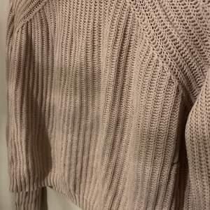 Förlåt för dåligt ljus! Oanvänd superfin stickad tröja! Säljer pga den var för liten för mig! Frakt tillkommer på 42kr men kan även mötas upp!