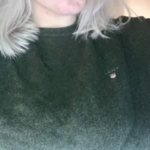 Säljer en skitsnygg oversized tröja från gant! Sitter såhär på mig som är en stl S-M. Sparsamt använd. Unisex