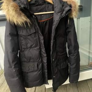 Storlek 38, Säljer pga för liten. modellen heter Livigno.Använd en vinter, så bra skick. Äkta päls.  nypris: 4500