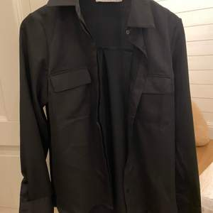 Nästan helt oanvänd kostym/kofta, storlek 34 i blankt tyg. Super fin men kommer tyvärr inte till användning 🙏🏼🤍