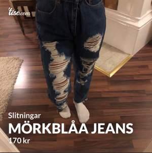 Ett par jättefina mörkblå jeans med många slitningar från pull&bear!!! Köpta för ungefär 350 säljer för 170!! Stl 40! Säljer för att min syrra inte fick på sig de och de är förstora för mig!❤️💕😘 frakt tillkommer