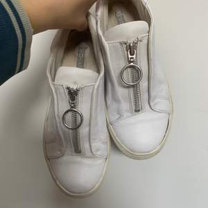Sköna coola skor från Nelly i storlek 38☺️ De är väl använda och därför har de små slitningar men inget som stör alls!🥰 Köparen står för frakten👟