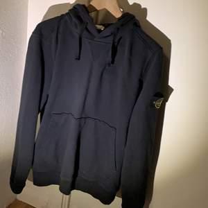 En svart Stone island hoodie i storlek S. Bra skick men finns ett litet litet hål fast på baksidan av hoodien som man inte tänker på alls. Köpt på NK i Stockholm för 2199
