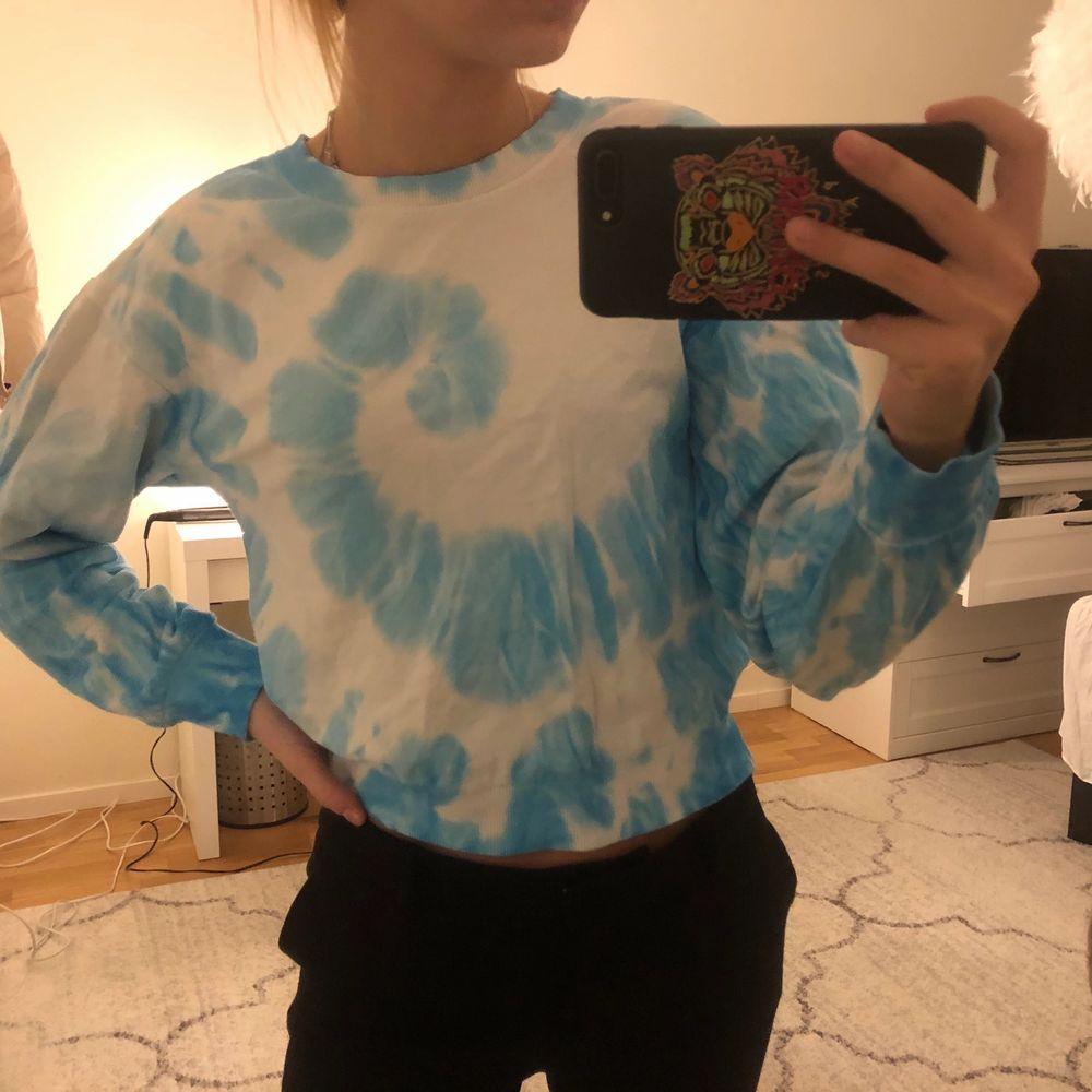 Cool tröja som passar till inprincip allting. Använd ett fåtal gånger. Säljer eftersom att jag har id kris och vet inte va jag ska ha för stil hehe. Tröjor & Koftor.