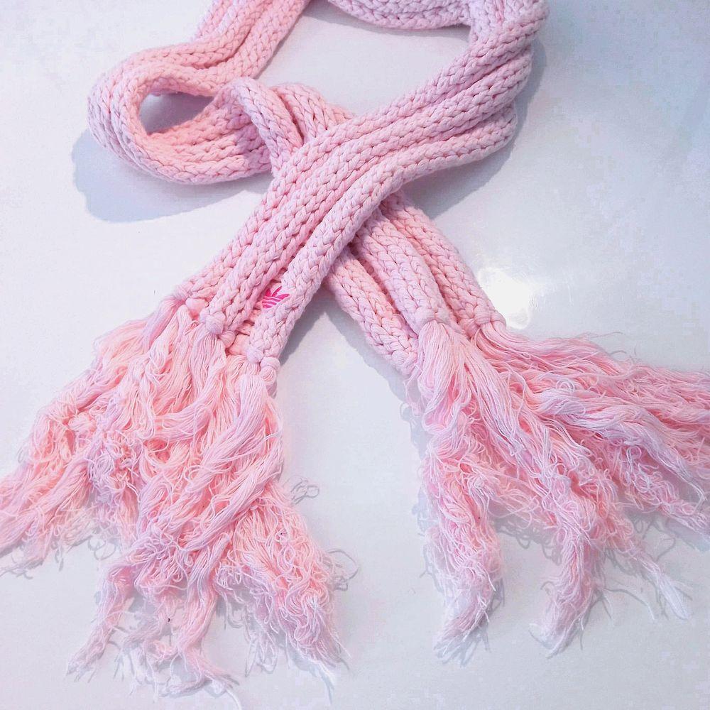 Så fin ljusrosa halsduk från Adidas, väldigt ovanlig och går inte att få tag på i affärer längre så passa på att köpa nått unikt till vintern 😃 den är dessutom i nyskick 👌. Finns i Västerås 🌸🌸🌸 . Accessoarer.