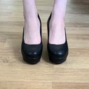 Säljer mina svarta skor i storlek 39.