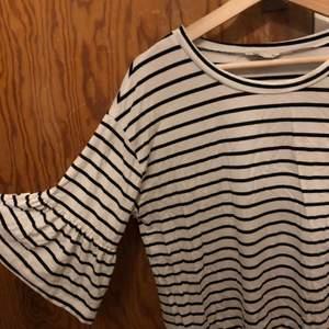 Randig tröja med volangärmar från Cubus. Nästan aldrig använd, som ny