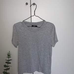 Grå T-shirt från bikbok i Stl S, endast använd på bilden ovan. Köparen står för frakten☺️