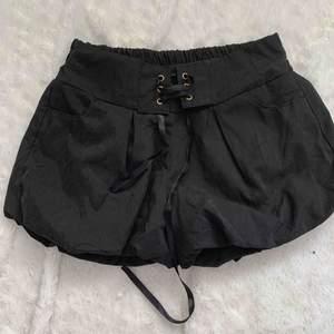 Nya shorts marinblå  sydda som ballong  i silke material , fodrade, storlek xs